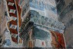Console de l'arc triomphal: décor de fleurs stylisées et restes de fresques