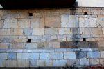 Trous de charpente et blocs plus foncés
