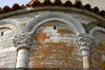 Chapiteaux et blocs de l'arcature sont en calcaire ou en marbre blanc (récupération de l'époque romaine mais sculpture du 11e siècle)