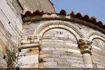 Angle sud-est de l'abside avec un pilastre semi-engagé, chapiteau avec décor de feuilles