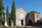 Façade occidentale de l'église du 12e siècle avec le bâtiment du couvent (1630)
