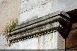 Console de la porte: décor en cordelière, suite de perles et d'oves, denticules peut-être des éléments provenant d'un édifice antérieur