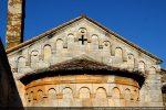 Frise d'arcs décorant le fronton et l'abside: succession d'arcs sculptés dans des blocs rectangulaires