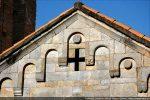 Fronton est; au centre la croix ajourée, et deux disques gravés au centre des arcs