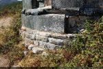 Soubassement de l'abside montrant les 3 étapes de construction: 6e-7e siècles (pierres dans la végétation), 10e siècle (3 assises de pierres blanches), 13e siècle (pierres vertes)