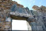 Porte  (nord): linteau reposant sur des consoles sculptées et tympan mouluré (la partie supérieure a été sciée)