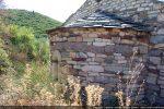 Abside trapue construite de petites pierres de diverses nuances (9e siècle pour G. Moracchini, 12e siècle pour R. Coroneo et D. Istria)
