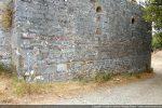 Mur nord: l'édifice repose sur le sol sans soubassement
