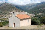 Chapelle avec à l'arrière le village de Pietralba