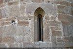 Fenêtre de l'abside à l'archivolte en arc légèrement brisé