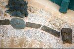Partie droite: pierres plates et bloc sculpté de palmettes