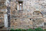 Fenêtre et traces de la porte murée (mur sud)