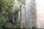 Mur nord avec pilastres de renforcement; partie ancienne à l'avant plan