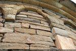 Détail d'un arc et corniche de deux rangées de pierres superposées