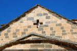 Fronton est: croix ajourée et bloc sculpté