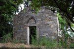 Angle sud-ouest: la chapelle est perdue dans les châtaigniers