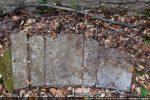 Claveaux de l'arc triomphal gisant sur le sol