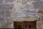 Tympan de la porte reposant sur le linteau (pas d'arc de décharge)