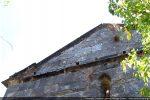 Bandeau soulignant la base du fronton et moulure soulignant la toiture