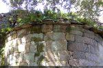 Moulure irrégulière courant uniquement sous la toiture de l'abside