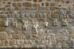 Entre les arcatures, les vestiges de sculptures en haut relief