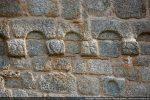 Dans le mur, plus bas, un élément d'arcature