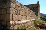 Mur sud de la cathédrale du 12e siècle : le soubassement est souligné par un bandeau oblique