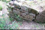 Angle nord-est (extérieur) comportant des petites assises et de gros blocs dans l'angle (début 10e siècle)