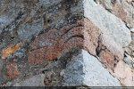 Fragment d'archivolte inserré dans l'angle nord-ouest