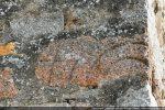 Le fragment porte une succession de traits gravés (l'autre partie n'a pas été localisée)