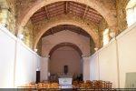 Intérieur vers le chœur et arcs soutenant la toiture