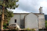 Vue d'ensemble du côté nord:  chapelle ajoutée et allongement de la nef; la restauration permet de bien voir la partie romane et le réemploi des blocs dans les angles