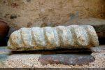 Fragment de cordelière. Ce motif se retrouve habituellement à la base de l'abside (Musée Carcopino)