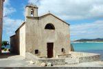 La chapelle San Michele se dresse en bordure de la plage. Elle est précédée d'un petit espace clos