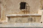 Petit banc disposé de part et d'autre de la porte