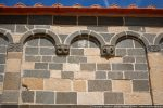 Modillons décorés d'une sirène à double queue et tête de bélier