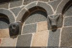 Détail de deux modillons du mur sud: petite tête humaine et tête de bovidé (?)