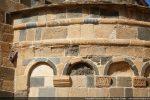 Détail du décor très soigné de l'abside: double bandeau en cordelette et jeu d'arcature reposant sur des modillons au décor géométrique ou floral
