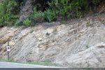 Départ du sentier aménagé dans une faille de la roche le long de la D 4