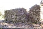 Mur nord. A part quelques beaux blocs mis dans les angles, l'appareillage est de pierres de tailles moyennes