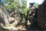 Intérieur du mur est. Dans l'angle nord-est, la cuve baptismale