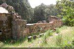 Mur nord en cours de remontage: succession de petites pierres roses