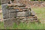 Mur sud à l'angle sud-ouest: succession de bande de grandes pierres et de petites