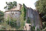 Angle nord-est: le mur nord est impressionnant car il sert de mur de soutènement (forte déclivité du terrain)