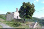 Vue générale de la chapelle surplombant une boucle de la D 15b