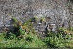 Soubassement de petites pierres (restes de l'édifice roman?)