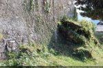 Rocher affleurant et englobé dans le mur nord
