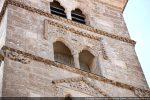 Chaque étage présente un décor différent surmontant une fenêtre à deux baies séparées d'une colonnette; à l'angle à gauche, le lion, symbole de Saint Marc