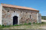 Mur sud avec raccordement de l'abside; encadrement de la porte reconstitué