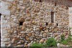 Mur sud: détail de la maçonnerie faite de pierres non taillées
